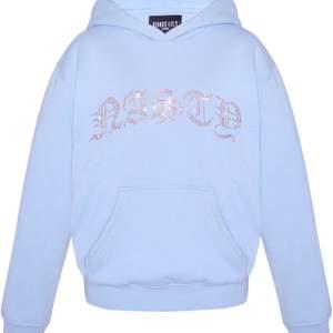 Säljer denna populära hoodie i storlek S, helt oanvänd. Buda från 250kr☺️ Högsta bud 700