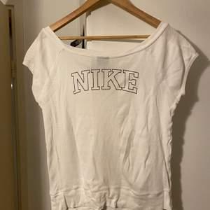 Säljer denna fina t-shirt köpt secondhand, storlek M sitter som S-M skriv vid intresse. Frakt tillkommer💞💞
