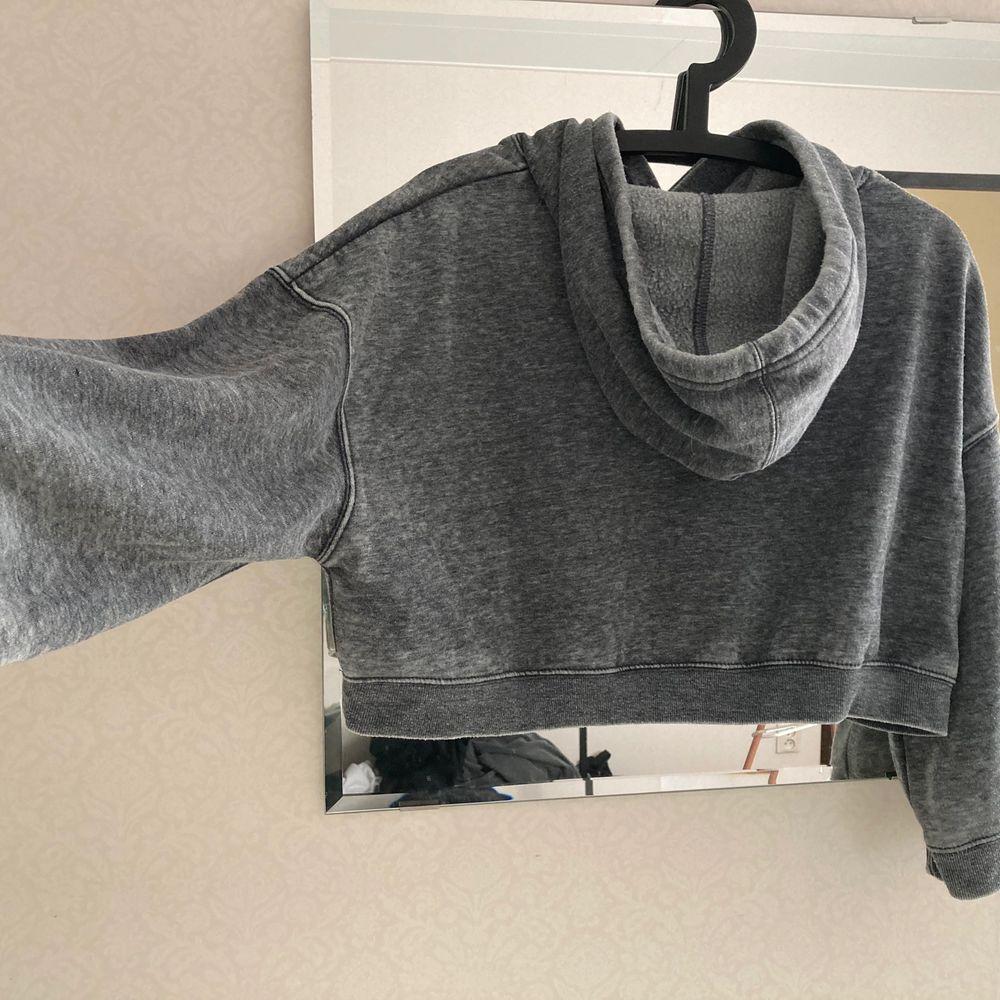 Kort oversize hoodie. Aldrig använd, felfritt skick. Fraktas spårbart. Tröjor & Koftor.