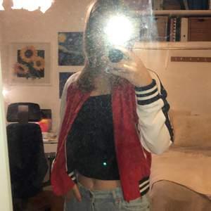 Säljer denna asballa Tommy hilfiger zip hoodien i storlek xs, inköpspris ca 1300, säljer för 500. Går att prutas❤️ Jag är 165 cm.