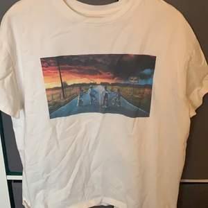 En vit T-shirt med stranger things tryck strl: xs men ganska oversized så passar nog upp till M pris: 50kr+frakt