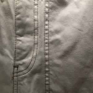 Jätte fina wide jeans från ginatricot jättefint skick💕kan inte använda längre för att jag är lite för lång 170cm💖skriv om ni vill ha bild på mig med jeansen på💓