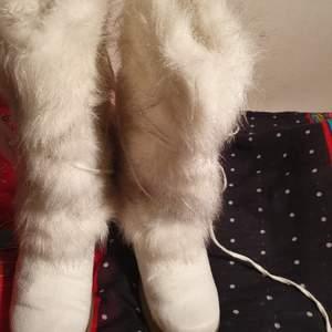 EN Vintage trending djur åkt fur boots I bra skick och passar 36- 38.5 användade 2 gånger .Bra till vinter och snow.De är trending och stylig. jag köpte dem 3499.Vit och lite gold glitter på fur. Pm för mer information