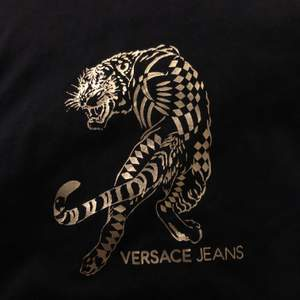 T-shirt från Versace, köpt i Versacebutiken i Paris 2018.(Finns en lapp innanför med en kod man kan använda för att kolla att den är äkta) Jag tror att denna inte säljs längre då jag inte hittar den i sortimentet. Betalning via swish.