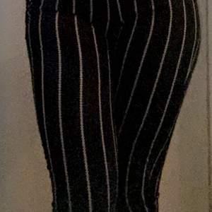 Fina svarta byxor från H&M i strl 36 , använt en gång då den är för liten för nån över 170 cm , fint skick och väldigt stretchig