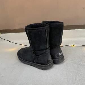 Säljer mina gamla Ugg's som jag använt förra vintern då det blivit för små! Bra skick men användna🌸 de är medium höga! Pris kan diskuteras:) köpta nya för 1570kr
