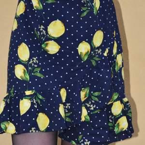 Jättesöt kjol från smashed lemon i storlek 36. En liten volang längst ner.☺️  köpt för 250kr
