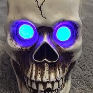 En bluetooth högtalare som ser ut som en döskalle, lysande ögon bra ljud 🥰