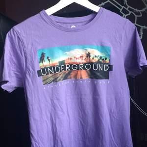 Cool pastel lila tröja med cool text på. Den är i barn storlek men skulle säg att den passar s/m. Den passar mig och jag är M. 🌟