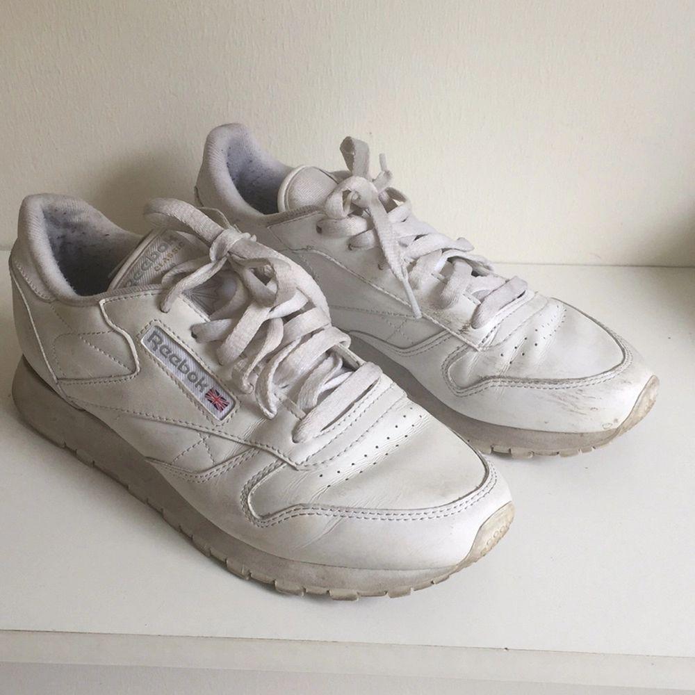 Snyggt slitna klassiska Reebok i vitt. Inköpta på sneakers'n stuff i Stockholm. Använda!  Nypris 799kr. Skor.