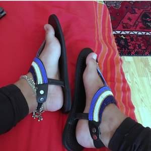 Säljer dessa vackra hemmagjorda masaj sandaler straight outta Kenya.🇰🇪 dessa sandaler har skapats av kvinnor i Kenya med sämre förutsättningar i samhället så att köpa dessa skulle bidra med något till det bättre.  P.S har flera av dessa sandaler i andra färger på lager.