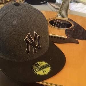 New york yankees cap. Wool material but is not that hot to wear. Size 7 3/8 which is 58,7cm i diameter. Couple of years old but in good condition.