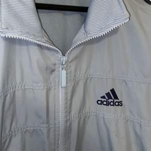 Adidas Jacka! Denna jacka är storlek L men jag har använt den som en oversize jacka. Köpt på secondhand. kontakta mig för fler bilder! Frakt tillkommer 🚚