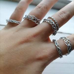 Superfina handgjorda ringar. De säljs i tre olika design, se bild tre. En ring för 49 (+frakt) eller så erbjuder jag ett paketpris där du får en ring av varje för 100kr (+frakt). Skicka ett pm för att ge mig dina mått eller du har något du undrar över :)