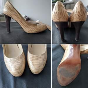 Äkta RL skor i läder, storlek 39. De är lite slitna i insidan och har några fläckar i utsidan, men overall ser de bra ut och de är bekväma! 🥰