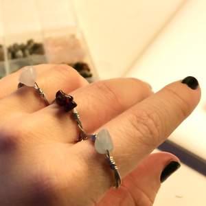 Hej! Jag säljer nu kristall ringar efter önskemål. Ni bestämmer vilken kristall, storlek och antal kristaller det ska vara. Det finns att välja mellan storlek S, M & L. Kristallerna som finns att välja mellan är: Granat, Peridot, Citrin, Bosma agat, Rosenkvarts, Röd korall, Aventurin, Aquamarin, Turqos, Unakit, Ceregat, Lapis Lazuli, Melthing (vet ej namn på svenska), Howlit och Ametist.    En ring med en kristall kostar 29kr, +5kr för varje extra kristall i en ring. Skriv gärna vid frågor eller funderingar ❤️ (Tänk på att det kan ta några dagar innan din ring är färdig beroende på antal beställningar och när jag har tid då jag har skola)