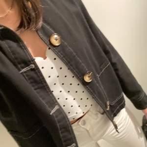 säljer min superfina jacka ifrån new look! svart med vita sömmar och coola knappar. fint skick! perfekt till våren och sommaren! frakten kostar 66kr🤍