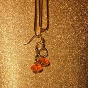 Hangjorda orangea minimalistiska pärlörhängen med silverhängen✨🧡