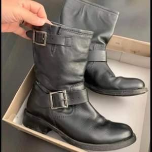 Använd en dag köpte på bergquisk skor. märke D for sia  ny kostar 1200kr storlek 38 normal storlek. kan skickas. betalar med swish: