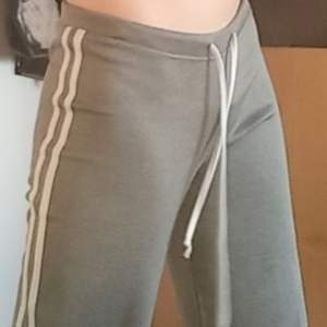 Så fina gråa lågmidjade mjukis/träning byxor