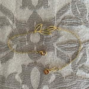 Fint rostfritt armband med gulplättering från snö of sweden. Har så många armband och behöver rensa. Endast använt enstaka gånger och är i nyskick❤️ Frakt + 25% på varan tillkommer!☺️🤍