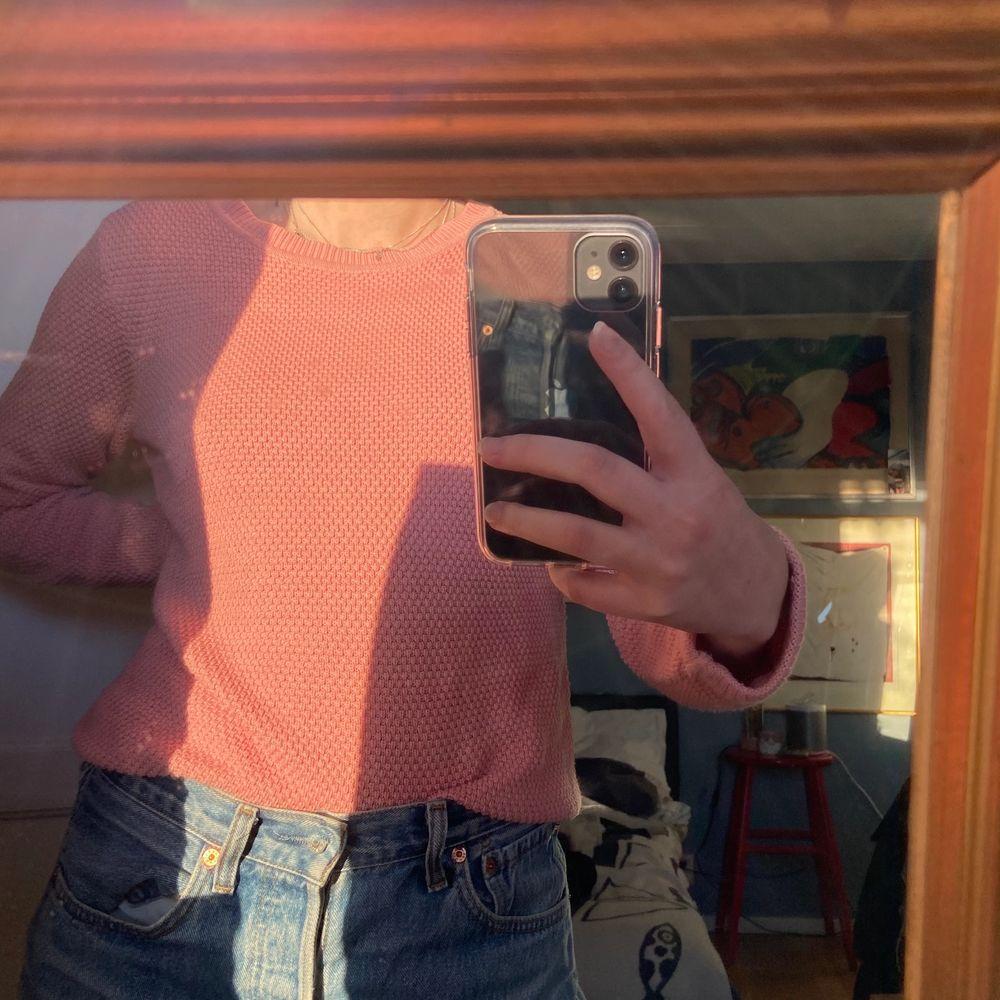 En helt fantastiskt vacker och härlig stickad tröja, perfekt till våren och sommaren!! En vacker gammal-rosa tröja som passar till ungefär allt!!! Aldrig använd, därav väldigt bra skick!!. Stickat.