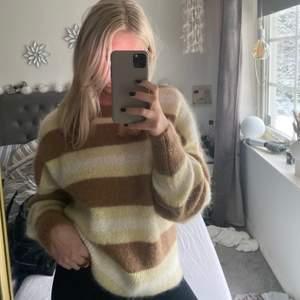 Så fin stickad tröja i ullmix från H&M! Slutsåld! Aldrig använd och orginalpris är 249. Kom gärna med prisförslag och köpare står för frakt❣️