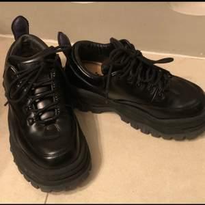 Ny pris 2800kr  Super fint skick! Sparsamt använda dock har lädret på höger skon blivit avskavt på insidan, har satt ett compete plåster på så de inte ska skava. Om du stör dig på de kan man nog lämna in de hos en skomakare. Kan skicka fler bilder !