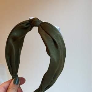 Ett mörkgrönt hårband från Ginatricot! Köpt för 100kr men aldrig kommit till användning, säljer för 50kr!🤎🌲🐻