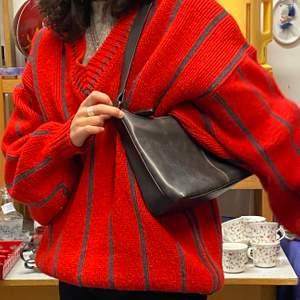 Stickad randig röd tröja!!!! Otroligt söt o fin o go <3 Passar typ alla storlekar? Jag är xs-s och på mig sitter den såhär! Köpt second hand så märket är oklart! PS den sticks lite pga 70% ull 🤍
