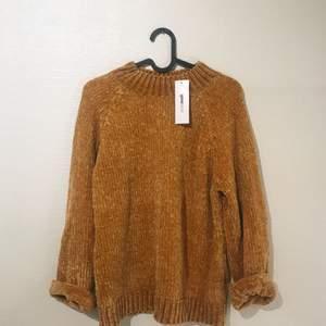 Otroligt mjuk stickad tröja ifrån Gina Tricot. Oanvänd med lappar kvar! Eventuell frakt betalas av köparen ✨