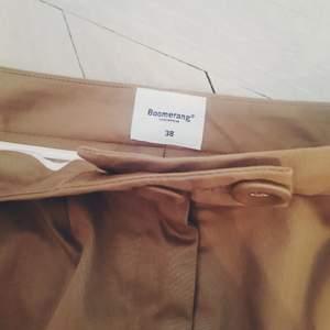 Snygg beige kjol ifrån boomerang. I jätte fint skick strlk 38