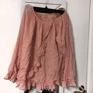 En rosa blus med volanger i storlek m. Använd fåtal gånger :) ansvarar ej för postens slarv och köparen står för frakten :)