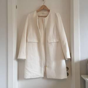 Vit kappa från HM, storlek 40. Inköpt förra våren, men den har mest hängt i garderoben. ✨