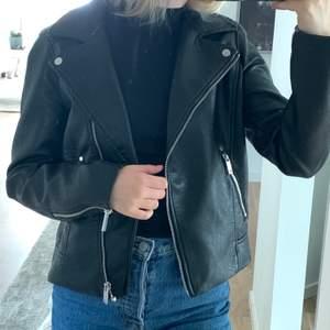 PRIS SÄNKT!! ‼️ Otroligt snygg svart skinnjacka 🖤🖤 köptes i somras och endast använd 2 gånger så den är i nyskick! Perfekt för de flesta årstider!! Nypris 400kr