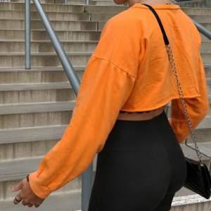Snygg croppad tröja från Prettylittlething. Fraktkostnad tillkommer på 63 kr🍍