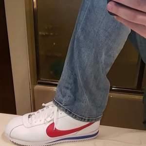 Supersnygga och trendiga Nike Cortez! Storlek 38 men skulle säga att dom är lite tajta på mig som vanligtvis har 38💕 skriv för mer info eller bilder!!