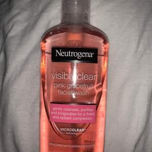 Ansiksrengöring från neutrogena! Doft av pink grapefruit, luktar väldigt gott!! Man får en väldigt len och skonsam hud efteråt. Endast använd fåtal gånger! Säljer pga att jag har en annan ny som jag använder mer. Köpare står för frakt men kan även mötas upp🌸🌸