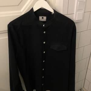 Säljer min sjukt snygga NN07 skjorta som jag köpte på NK i Stockholm för 1200 kronor. Säljes för jag inte fått användning av den längre.
