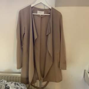 Beige kappa i storlek s , du står för frakten köpt för 449kr säljs för 199kr ❤️