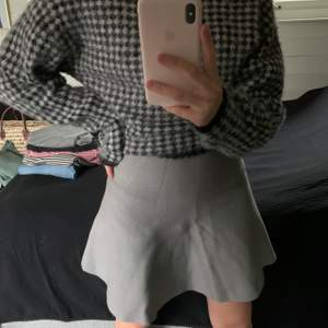 En stickad grå kjol i stretchigt material. Buda!