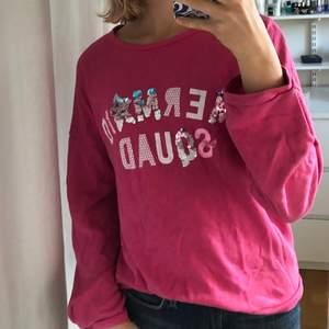 Jättefin rosa sweatshirt från Benetton. Den har tunt material vilket gör det extra luftig. Trycket har paljetter som går att vända på. Fint skick!