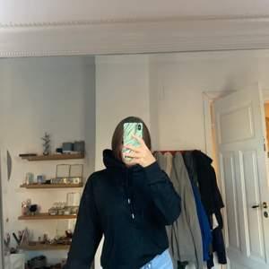 Säljer denna svart hoodien som aldrig kommer till användning längre. Hoddien är endast använd 2-3 ggr! Skriv gärna prov om fler bilder eller frågor om du är intresserad!! ❣️om fler blir intresserad blir de budgivning, öka minst me 5 kr:)