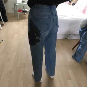 Säljer ett par skitsnygga jeans från asos collusion med coola detaljer (lite lika snickarbyxor). Storlek 26/34 (säljer pga lite för små för mig, jag är 170cm). 200kr + frakt. Kan oxå mötas upp i Göteborg.