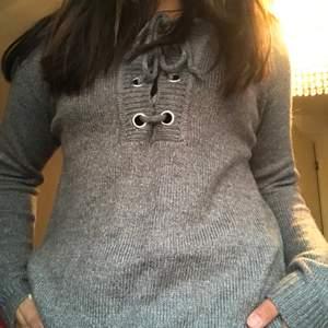 En bekväm stickad tröja med fin knytning! En väldigt bekväm tröja till vardags