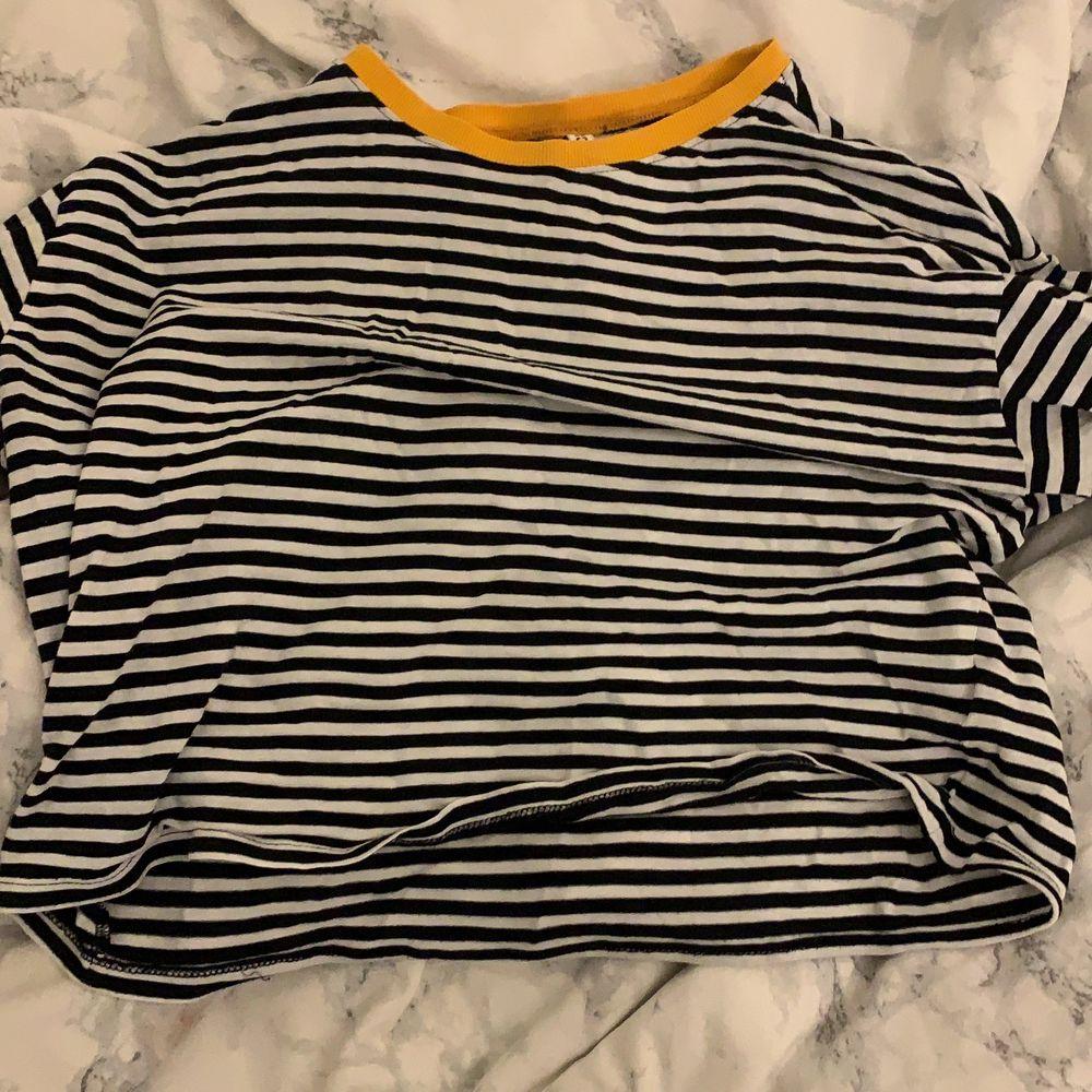 Randig tröja från hm med lite gult . Toppar.