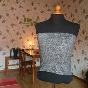 Detta fina linne utan axelband från Monki säljes då det inte längre används. Hålls uppe med hjälp av en gummislinga högst upp i kanten. Passar S och M. En fd favorittröja! Fint skick!