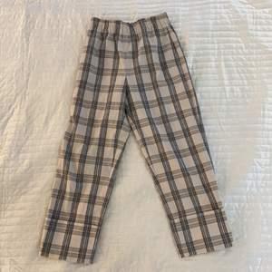 Rutiga kortare byxor från Pull & Bear i strl XS. Stora i storleken så passar även strl S. Aldrig använda.