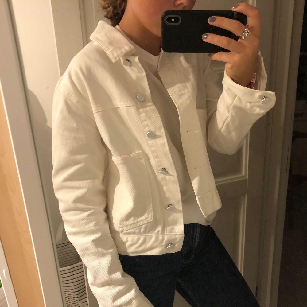 Säljer denna superfina och perfekta vita jeans jackan till hösten! Den är i superfint skick och utan några fläckar eller liknande. Jackan är i stl. S och är i från Bik Bok. Frakt ingår ej i priset men kan även mötas upp i Stockholms området. . Jackor.