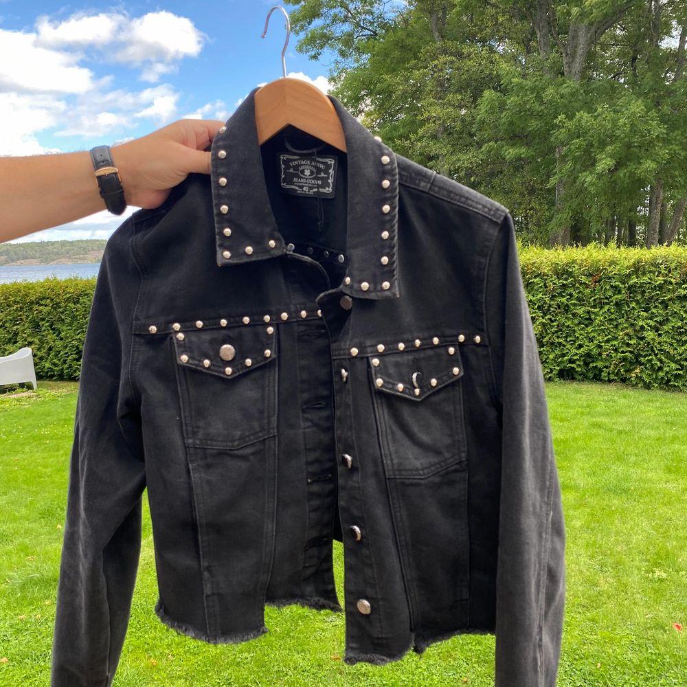 Säljer denna snygga svarta jacka med nitar. Passar med en tjocktröja under eller utan. Kan ja innomhus eller ute.. Jackor.